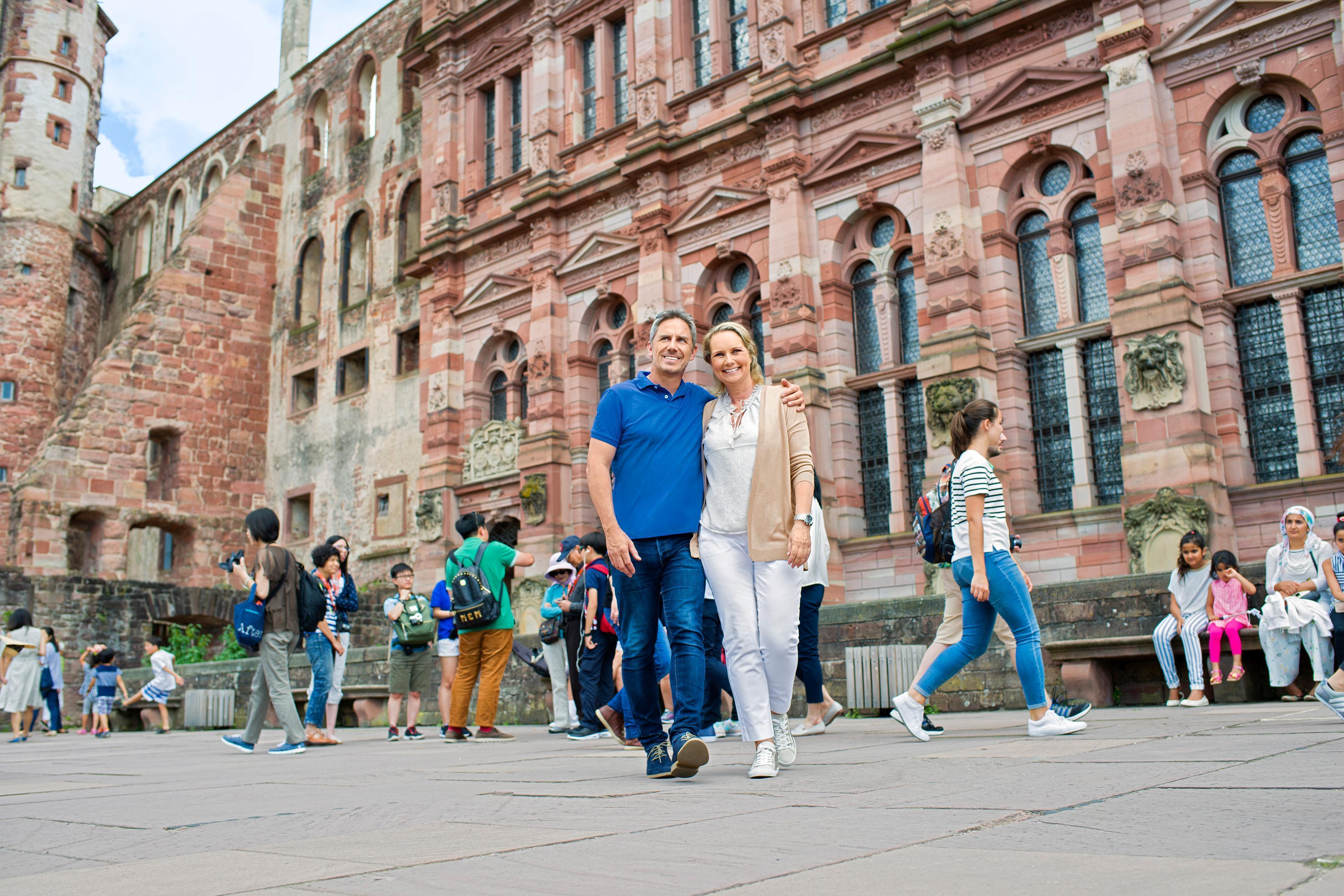 Besucherinnen im Schlosshof, Schloss Heidelberg; Foto: Staatliche Schlösser und Gärten Baden-Württemberg, Niels Schubert