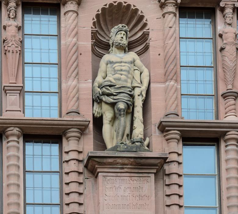 Herkulesfigur an der Hoffassade des Ottheinrichsbaus von Schloss Heidelberg; Foto: Staatliche Schlösser und Gärten Baden-Württemberg, Julia Haseloff