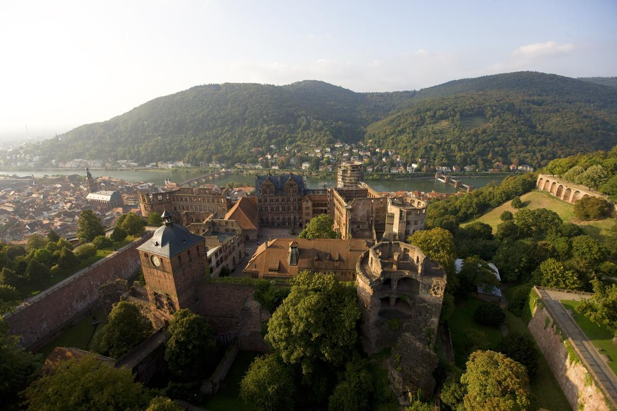 Luftansicht auf Schloss Heidelberg und das Neckartal