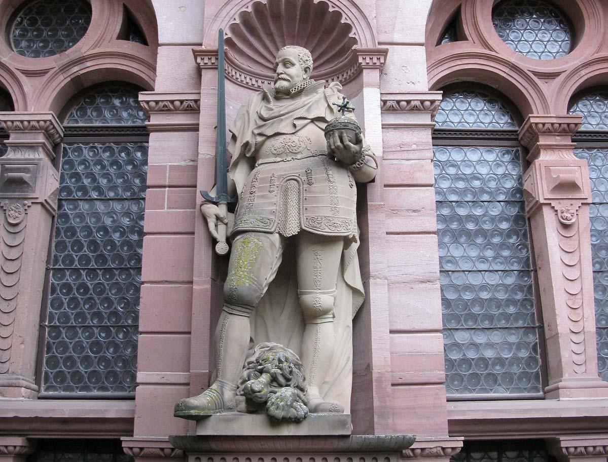 Figur Friedrichs III. an der Fassade des Friedrichsbaus; Foto: Staatliche Schlösser und Gärten Baden-Württemberg, Julia Haseloff