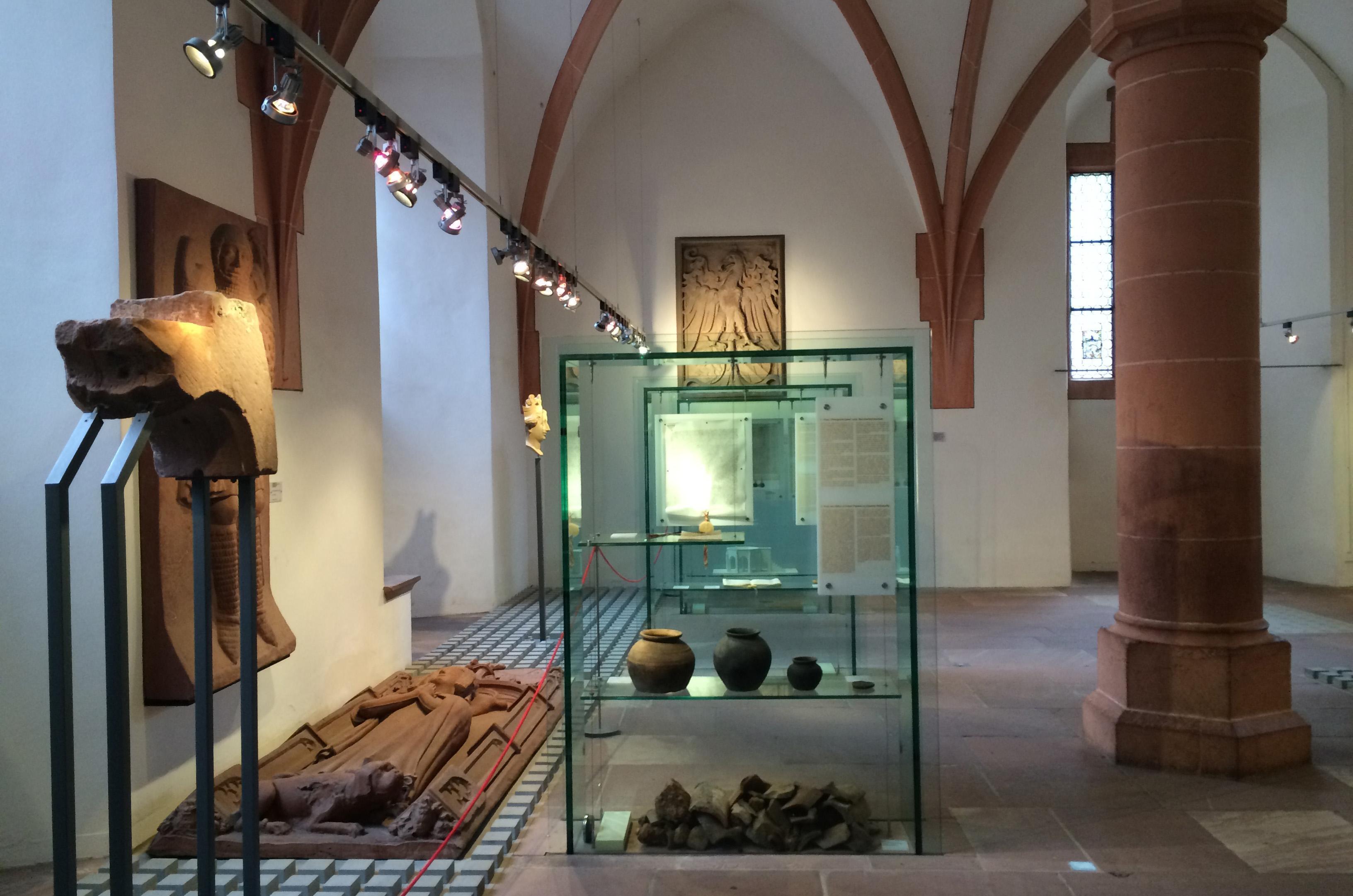 Im Rittersaal sind zahlreiche Ausstellungsstücke zu bestaunen; Foto: Staatsanzeiger für Baden-Württemberg, Petra Schaffrodt
