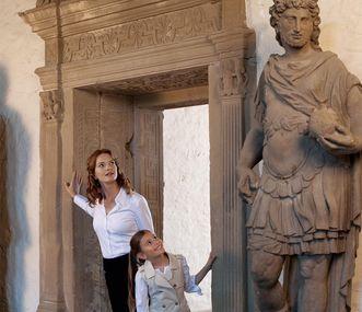 Mutter und Tochter betrachten eine große Steinstatue, Schloss Heidelberg