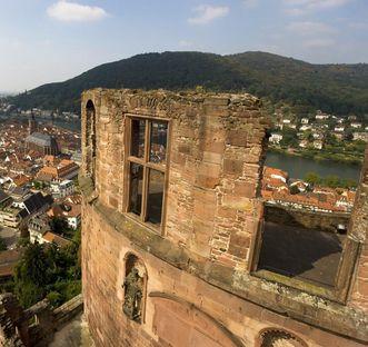 Blick vom Dicken Turm von Schloss Heidelberg auf die Altstadt und den Neckar
