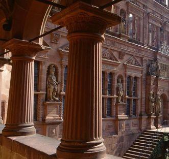 Blick durch die Arkaden des Gläsernen Saalbaus von Schloss Heidelberg