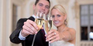 Hochzeitsbild vor historischer Kulisse