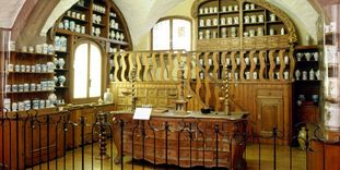 Image: Apothecary furnishings from the former prince-bishops' court pharmacy in Bamberg at the German Apothecary Museum