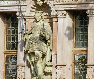 Statue von Kurfürst Ruprecht III. von der Pfalz (dt. König) an der Hoffassade des Friedrichsbaus von Schloss Heidelberg; Foto: Staatliche Schlösser und Gärten Baden-Württemberg, Andrea Rachele