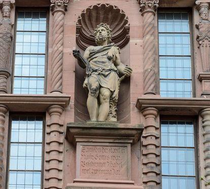 Statue de Samson sur la façade côté cour de l'aile Ottheinrich du château de Heidelberg