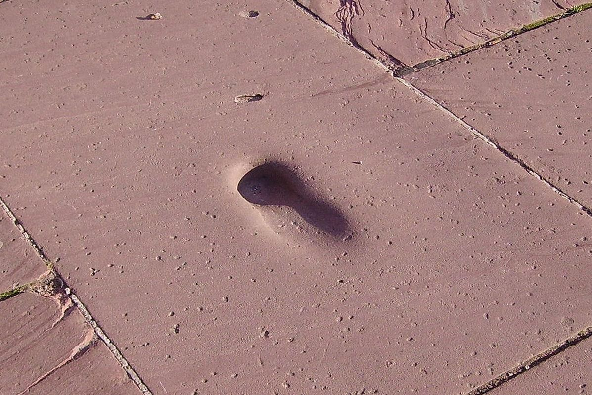 View of a shoe-shaped imprint on a cobblestone of the Great Terrace. Image: Wikipedia, public