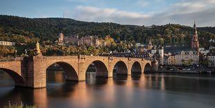 Blick auf Schloss Heidelberg mit der Alten Brücke im Vordergrund; Foto: Staatliche Schlösser und Gärten Baden-Württemberg, Günther Bayerl