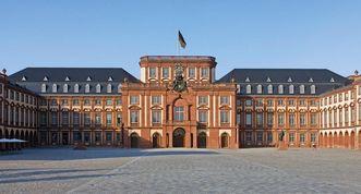 Front view of the city facade of Mannheim Baroque Palace. Image: Staatliche Schlösser und Gärten Baden-Württemberg, Andrea Rachele
